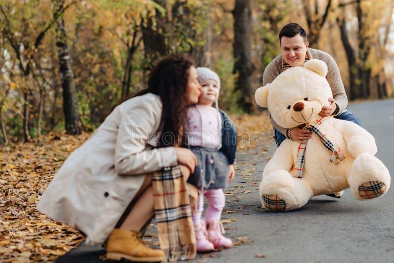 Junge Familie mit weniger Tochter am anwesenden Bi der Herbstpark-Straße stockfotografie