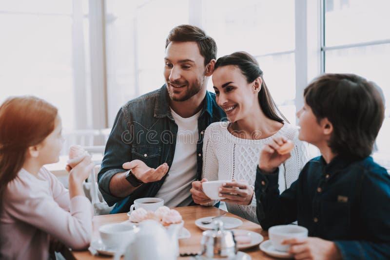 Junge Familie steht im Café still lizenzfreies stockbild