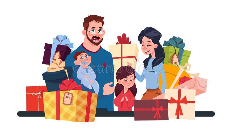 Junge Familie zusammen mit Präsentkartons auf dem weißen Hintergrund, den Eltern und den Kindern, die Feriengeschenk-Konzept halt lizenzfreie abbildung