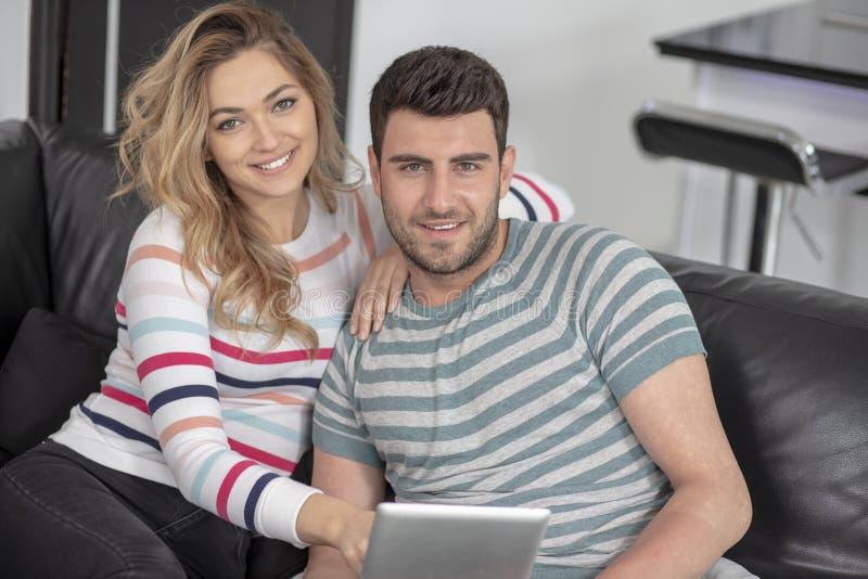 Junge Familienpaare zusammen zu Hause zufällig lizenzfreies stockfoto