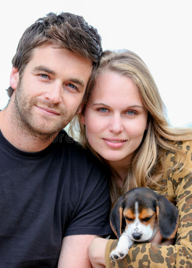 Junge Familienvaterfrau und -hund lizenzfreie stockbilder