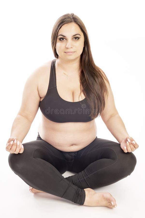 Junge fette Frau, die Aerobic-Übung tut stockfotografie