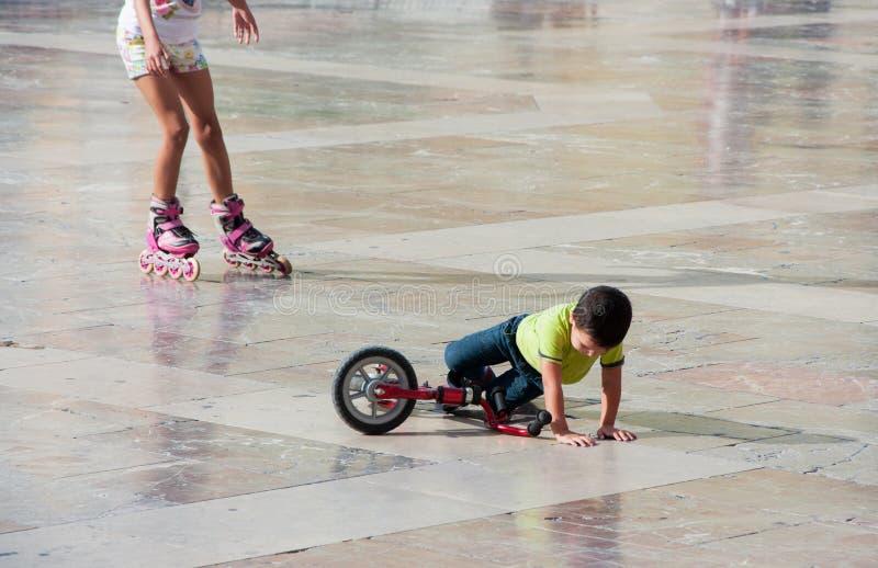 Junge fiel vom Fahrrad stockbilder