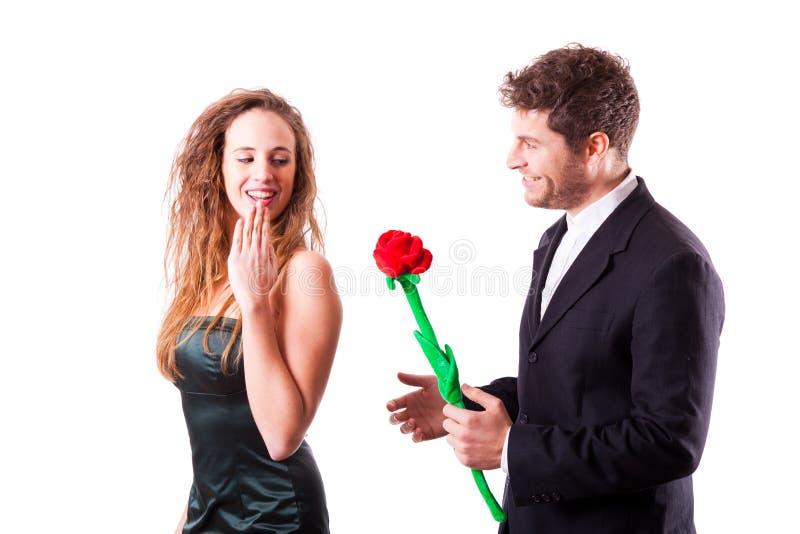 Junge flirtende Paare stockfotografie