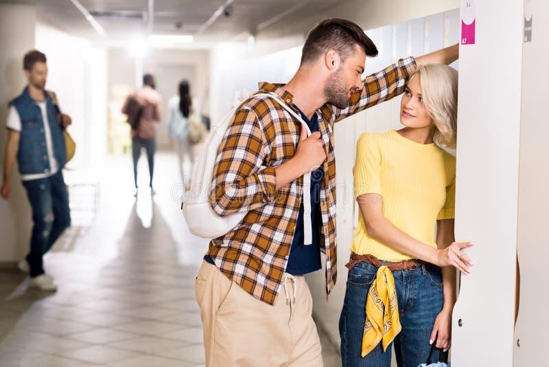 junge flirtende Studentenpaare stockfotos