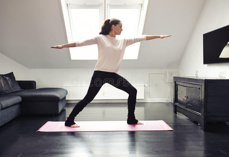 Junge Frau übendes Yoga lizenzfreie stockfotografie