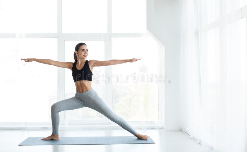 Junge Frau übt die pilates aus und dehnt sich aus stockbilder