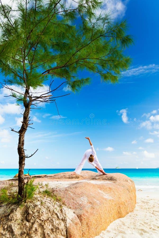 Junge Frau übt Yoga stockbild