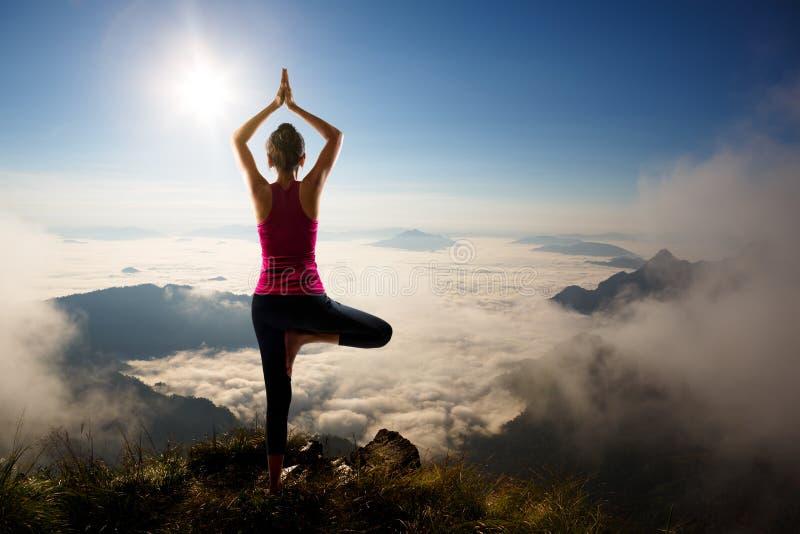 Junge Frau übt Yoga aus stockbild