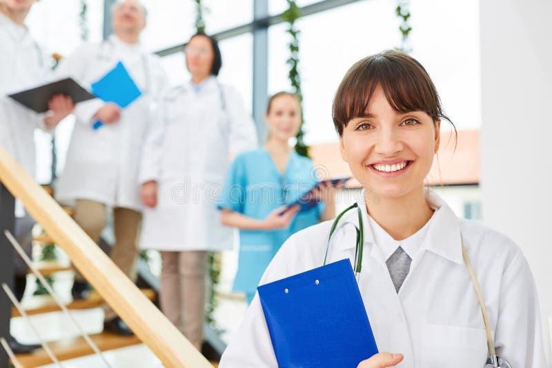 Junge Frau als Doktor oder Arzt stockfoto