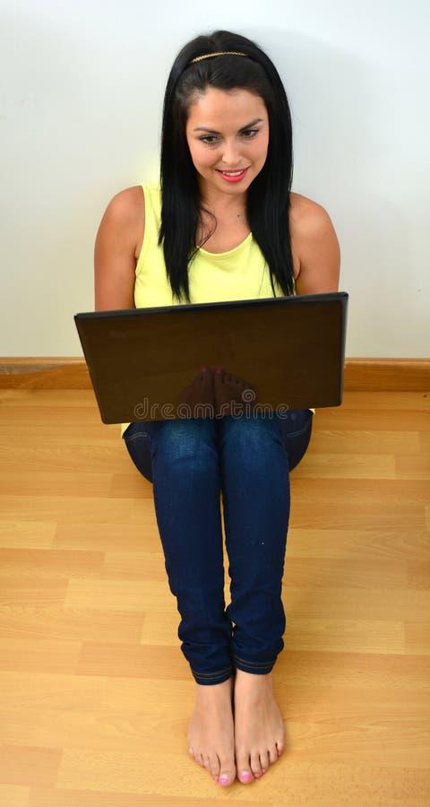 Junge Frau arbeitet an einem Laptop lizenzfreie stockfotos