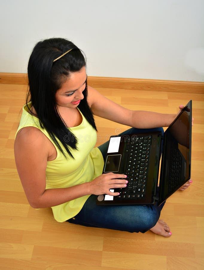 Junge Frau arbeitet an einem Laptop stockfotografie