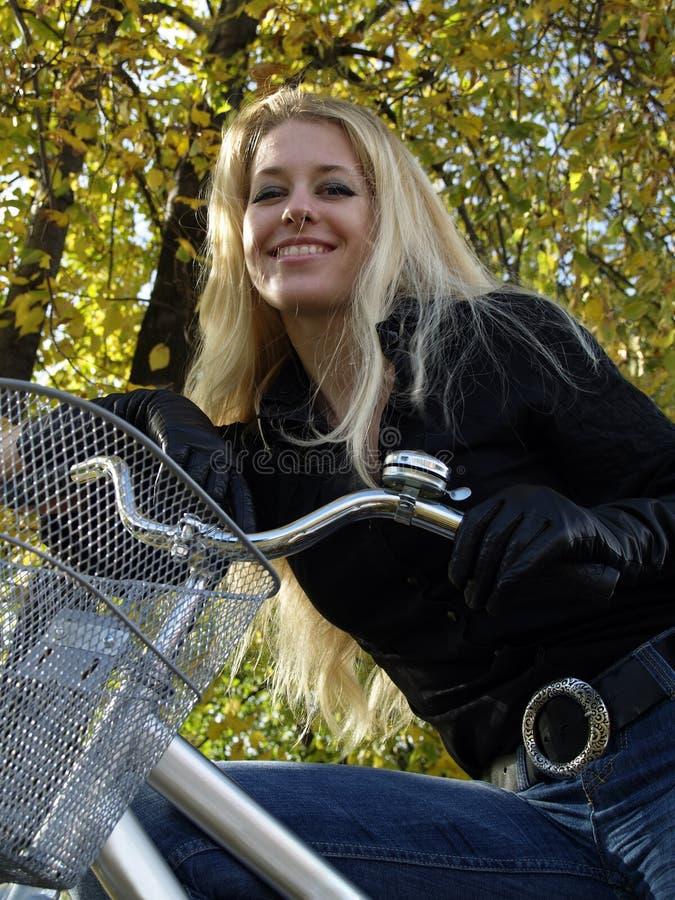 Junge Frau auf bicylce lizenzfreie stockfotografie