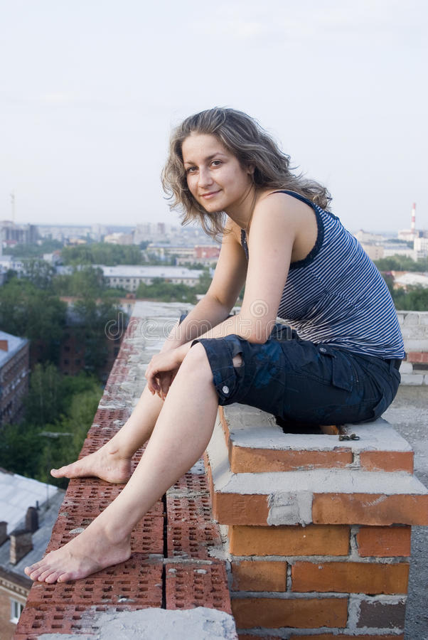 Junge Frau auf Dach lizenzfreie stockfotos
