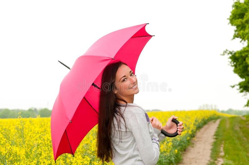 Junge Frau auf dem canola Gebiet stockfotos