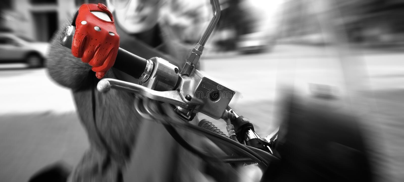 Junge Frau auf dem Fahrrad, Bewegung geverwischt stockfotos