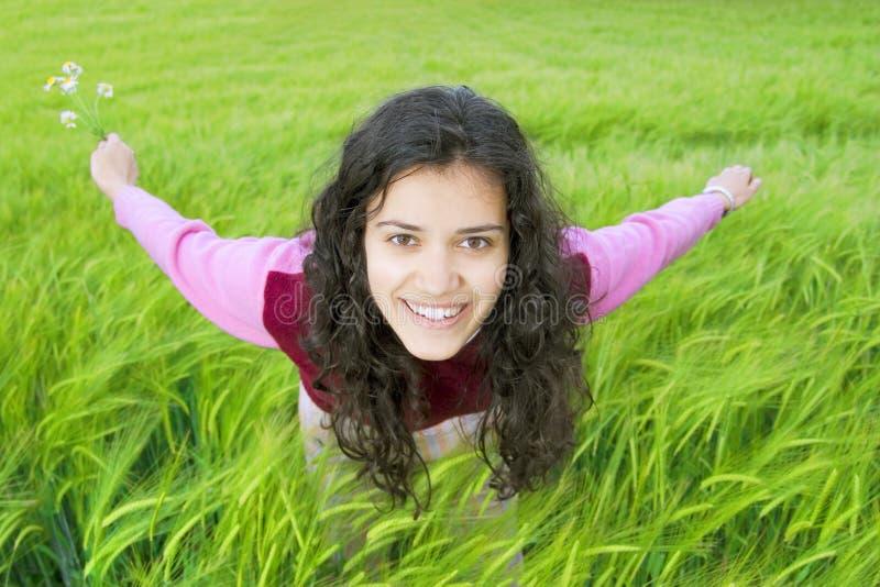 Junge Frau auf dem Gebiet des Weizens stockfotografie