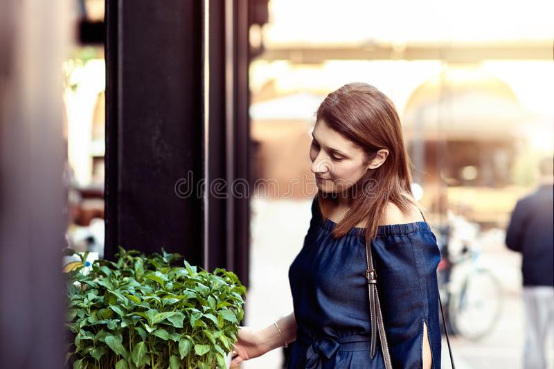 Junge Frau auf dem Markt lizenzfreies stockfoto