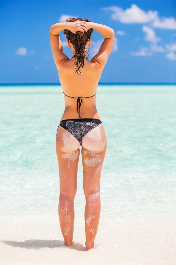 Junge Frau auf dem Ozeanstrand stockbilder