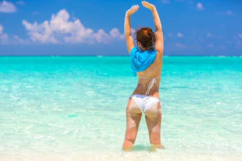 Junge Frau auf dem Strand lizenzfreie stockfotografie