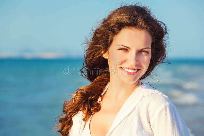 Junge Frau auf dem Strand lizenzfreie stockbilder
