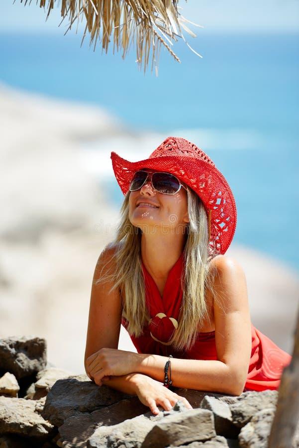 Junge Frau auf dem Strand im Sommer stockbilder