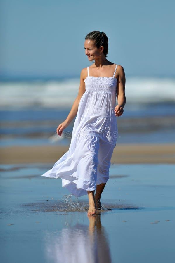 Junge Frau auf dem Strand am Sommer stockfoto