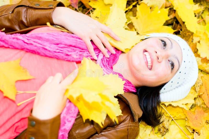 Junge Frau auf den Blättern stockfotos