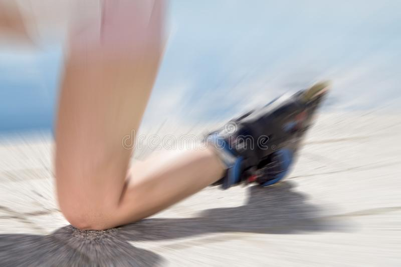 Junge Frau auf den Rollschuhen, die unten auf dem Boden, Asphalt fallen stockbild