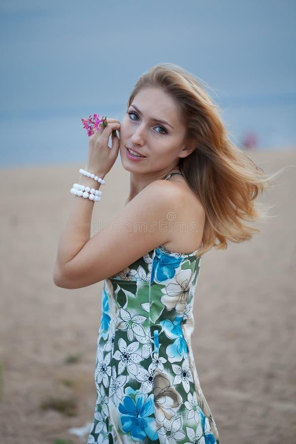 Junge Frau auf der Bucht stockfoto