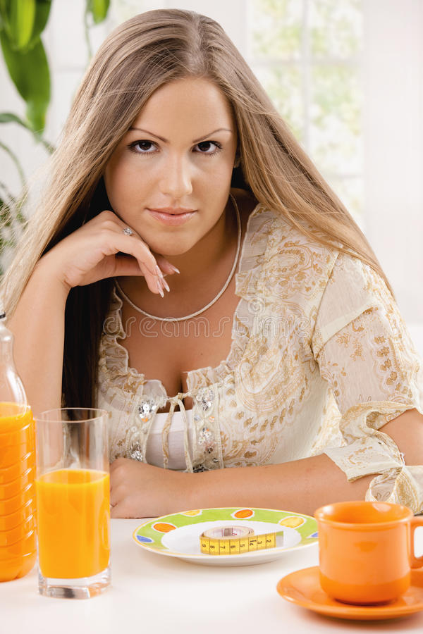 Junge Frau auf Diät stockfotos