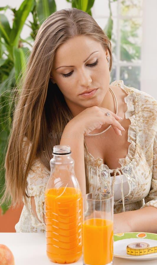 Junge Frau auf Diät stockbild