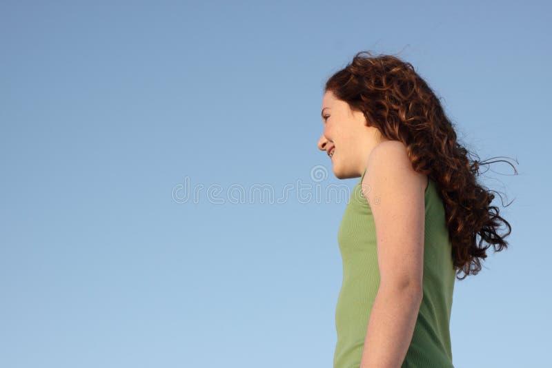 Junge Frau auf einem blauen Himmel lizenzfreie stockfotos