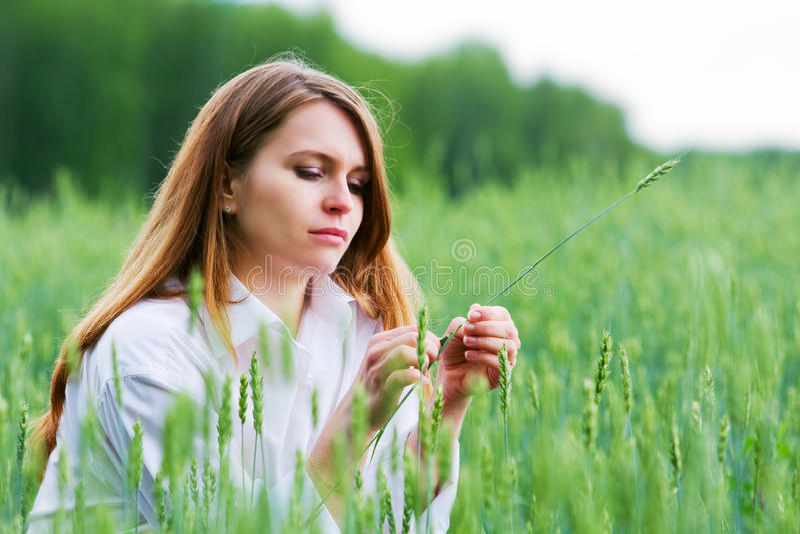 Junge Frau auf einem Gebiet. stockbild