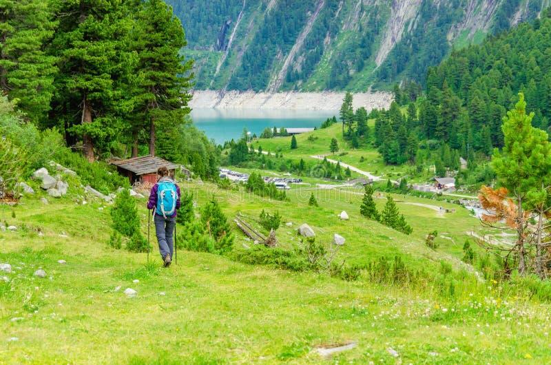 Junge Frau auf einem Gebirgspfad, Österreich lizenzfreie stockfotos