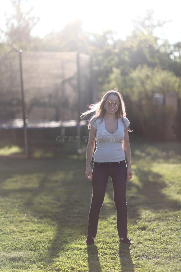 Junge Frau auf einem grünen Rasen stockfoto