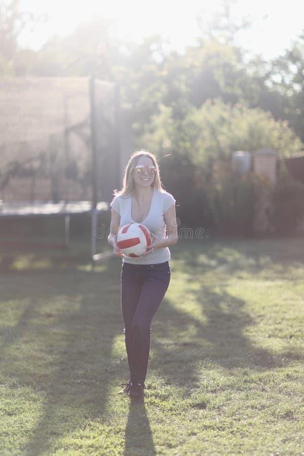 Junge Frau auf einem grünen Rasen stockfotos