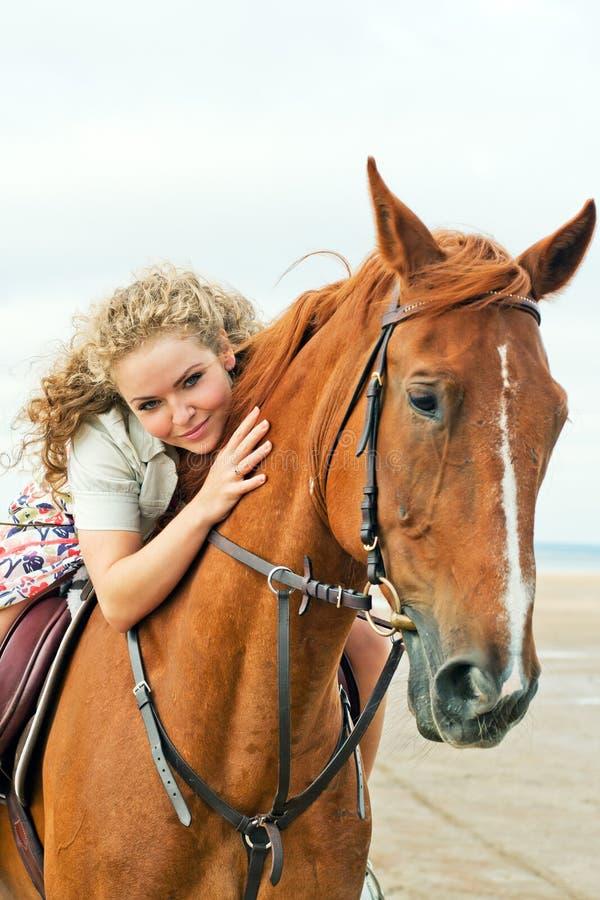 Junge Frau auf einem Pferd stockfoto. Bild von field