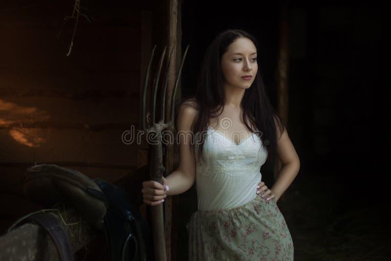 Junge Frau auf einer Ranch lizenzfreie stockbilder