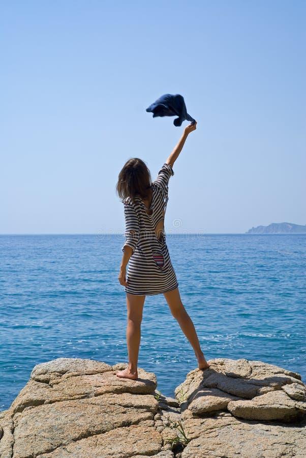 Junge Frau auf Felsen 5 stockfoto