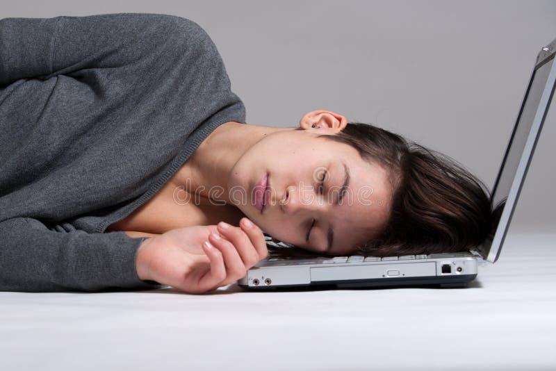 Junge Frau auf Fußboden mit Notizbuch lizenzfreie stockfotos