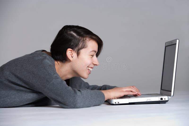 Junge Frau auf Fußboden mit Notizbuch stockfoto