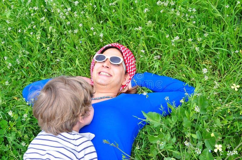 Junge Frau auf Gras lizenzfreie stockbilder