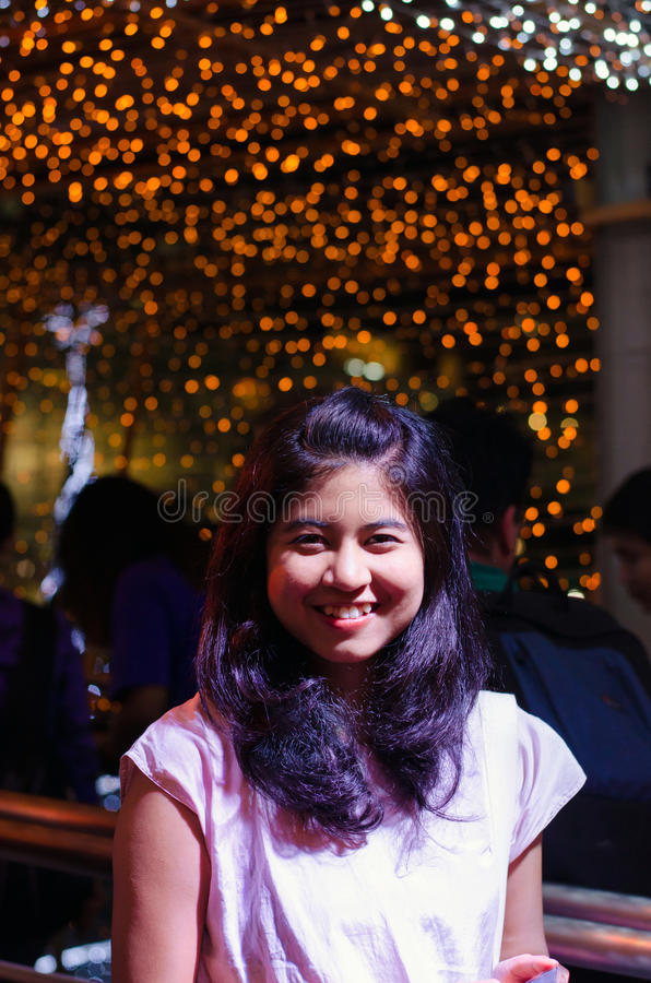 Junge Frau auf hellem Lichthintergrund stockfotos