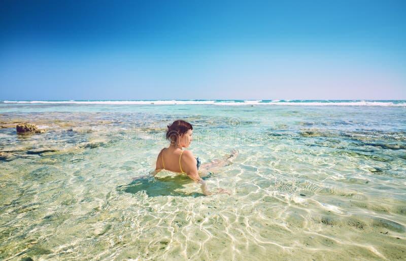 Junge Frau auf Kokosnuss-Palmen des Strandes netten frohen Strand-karibisches Meer, Kuba lizenzfreie stockfotografie