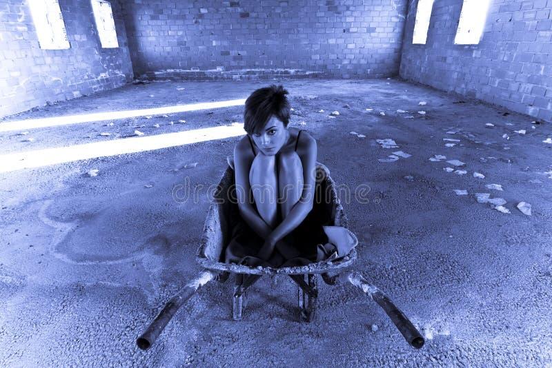Junge Frau auf leerem Fußboden lizenzfreies stockbild
