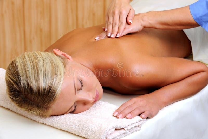 Junge Frau auf Massage stockfotografie