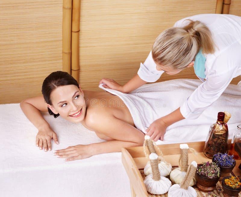 Junge Frau auf Massagetabelle im Schönheitsbadekurort. stockfoto