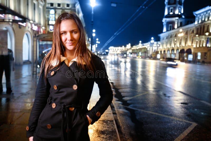 Junge Frau auf Nachtstraße lizenzfreies stockbild