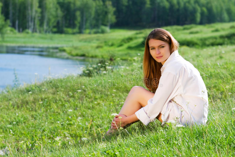 Junge Frau auf Natur. stockfoto